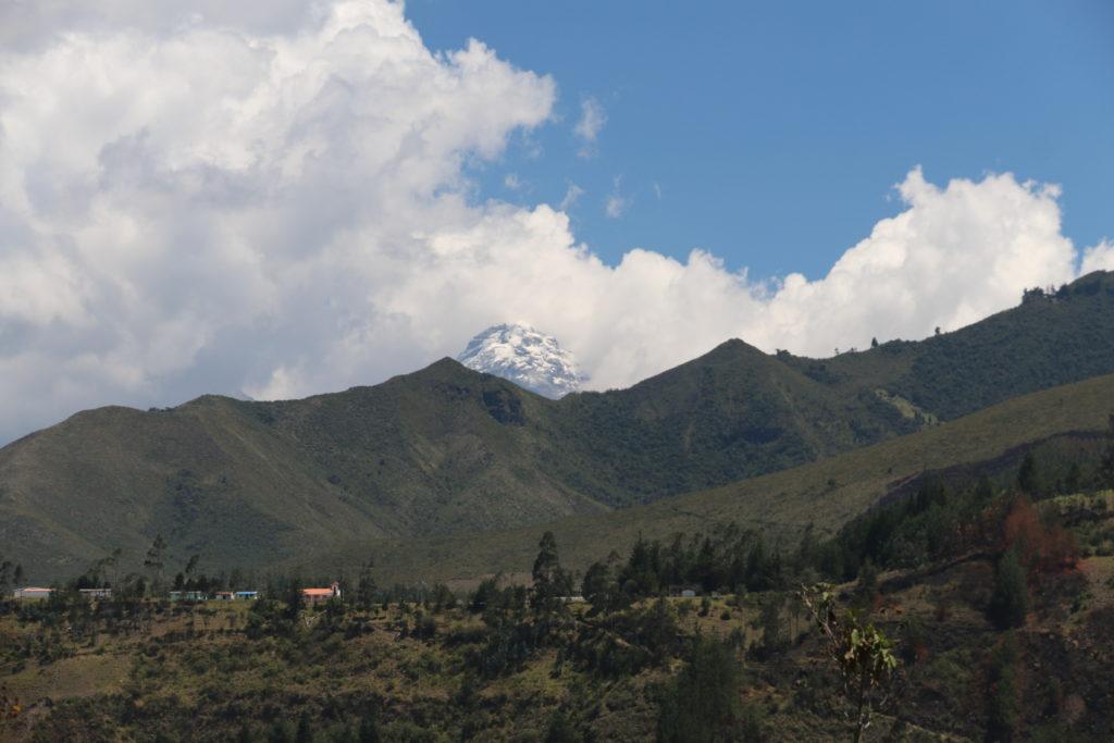 Ośnieżony szczyt wulkanu Illiniza Sur
